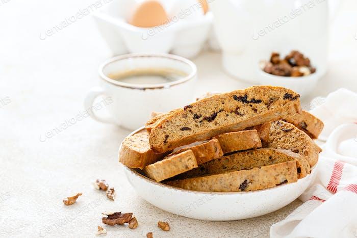 Biscotti Kekse mit getrockneten Cranberry, Walnüssen und mit einer Tasse Kaffee