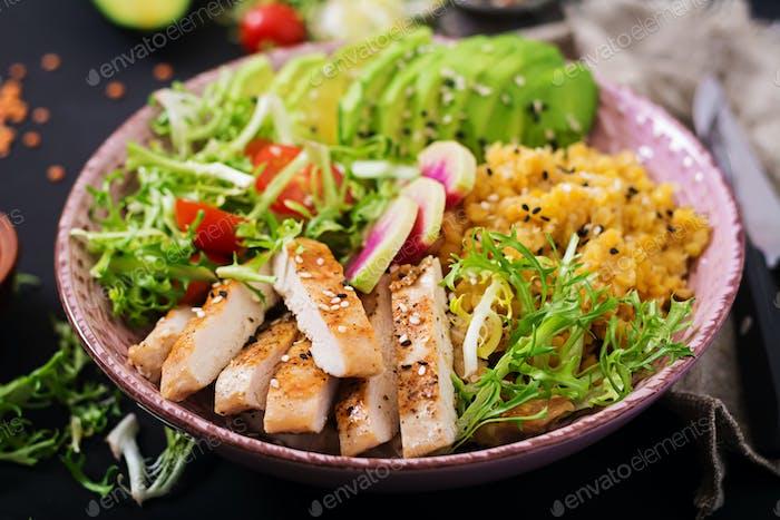 Gesunder Salat mit Huhn, Tomaten, Avocado, Salat, Wassermelone Rettich und Linsen