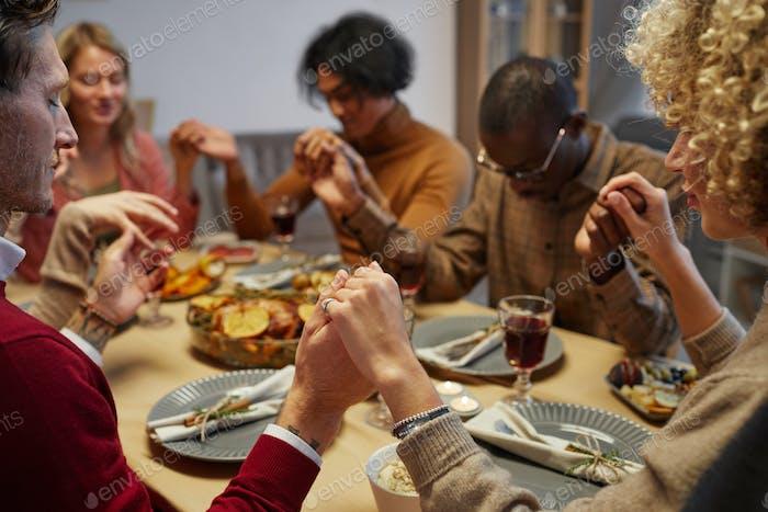 Beim Abendessen beten