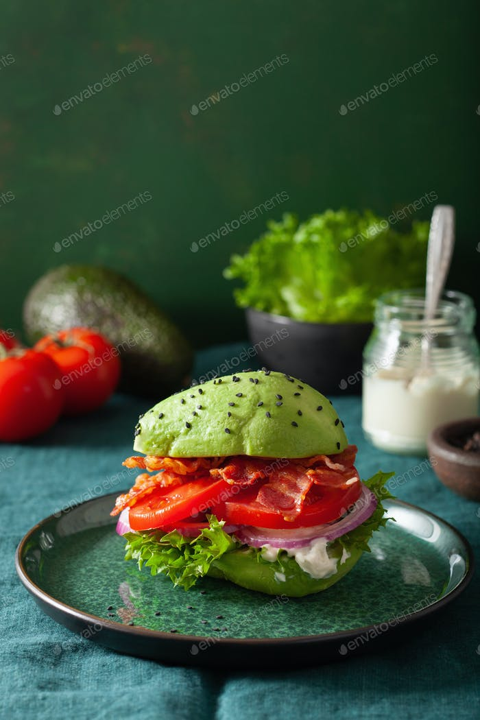 Keto Paleo Diät Avocado Burger mit Speck, Salat, Tomaten