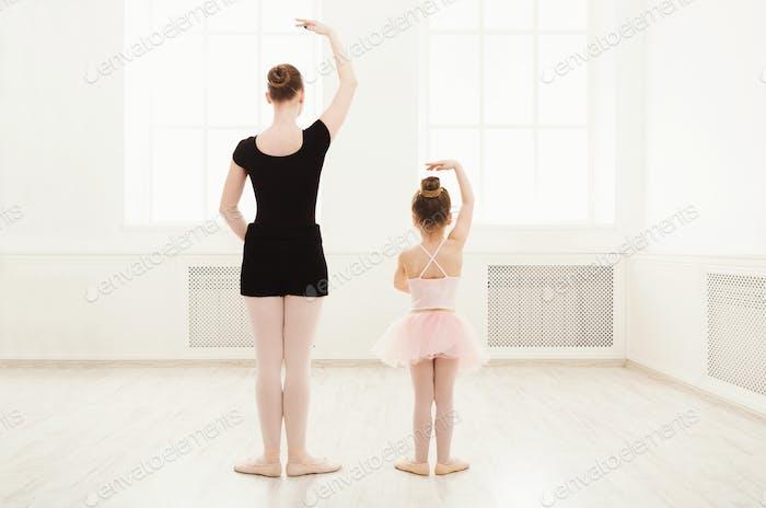 Kleines Mädchen lernen Ballett mit Lehrer Kopie Raum