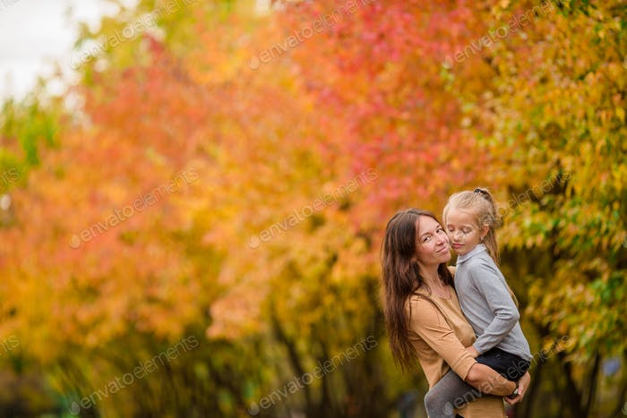 Vacaciones familiares en el día de otoño