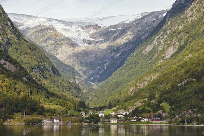 Traditionelles norwegisches Fjorddorf mit Gletscher. Hardanger Weg. Horizontal