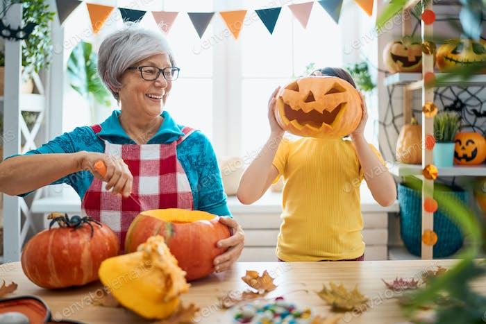 Familie Vorbereitung für Halloween