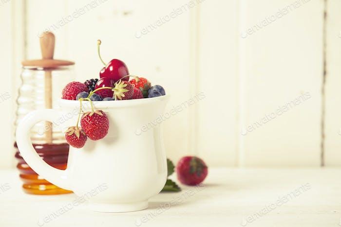 Gemischte Beeren in einer Tasse