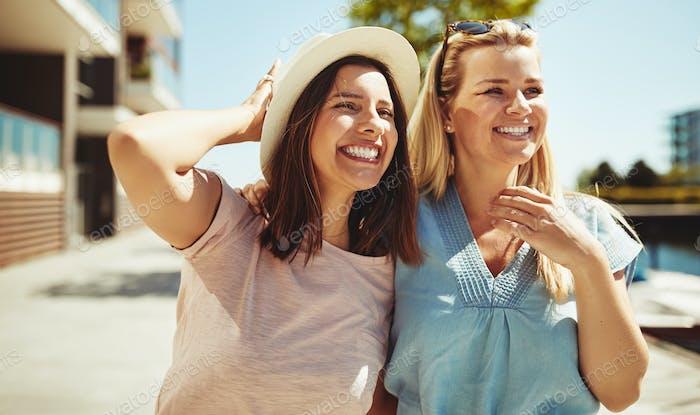 Freunde, die einen lustigen Tag gemeinsam in der Stadt spazieren gehen
