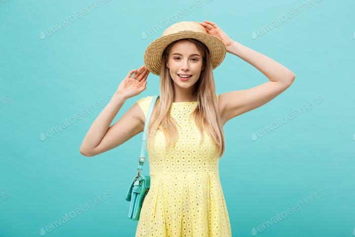 Reisekonzept - Nahaufnahme Porträt junge schöne attraktive Mädchen mit trendigen Hut und Lächeln.  Blau
