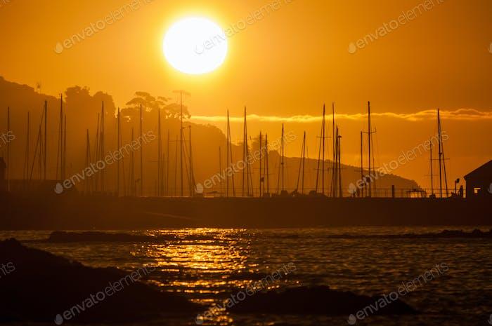 Silhouette der Schiffe Masten gegen Sonnenuntergang