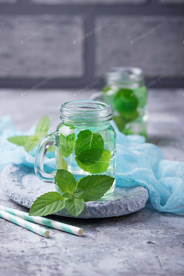 Sommerfrisches Minzgetränk