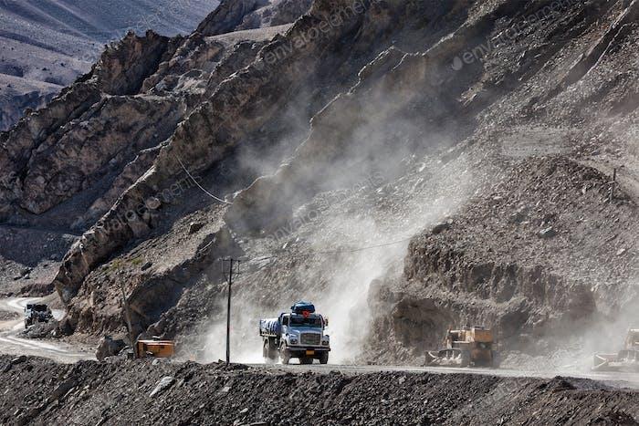Indischer LKW auf der Straße in Himalaya