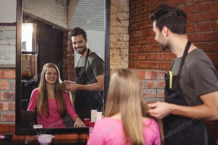 Schöner Friseur mit Client
