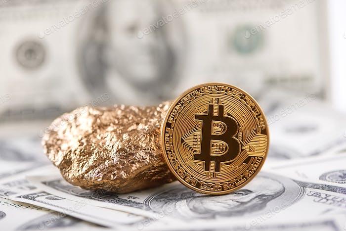Bitcoin dorado como principal criptomoneda mundial y bulto de oro presentado en el fondo de billetes de dólar