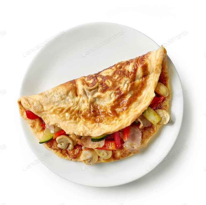 Omelett gefüllt mit Gemüse und Schinken