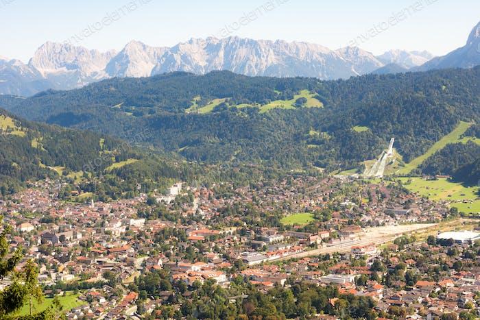 Luftbild über Garmisch in den bayerischen Alpen