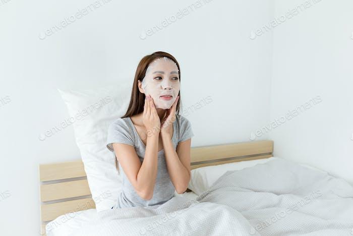 Mujer haciendo enmascaramiento facial
