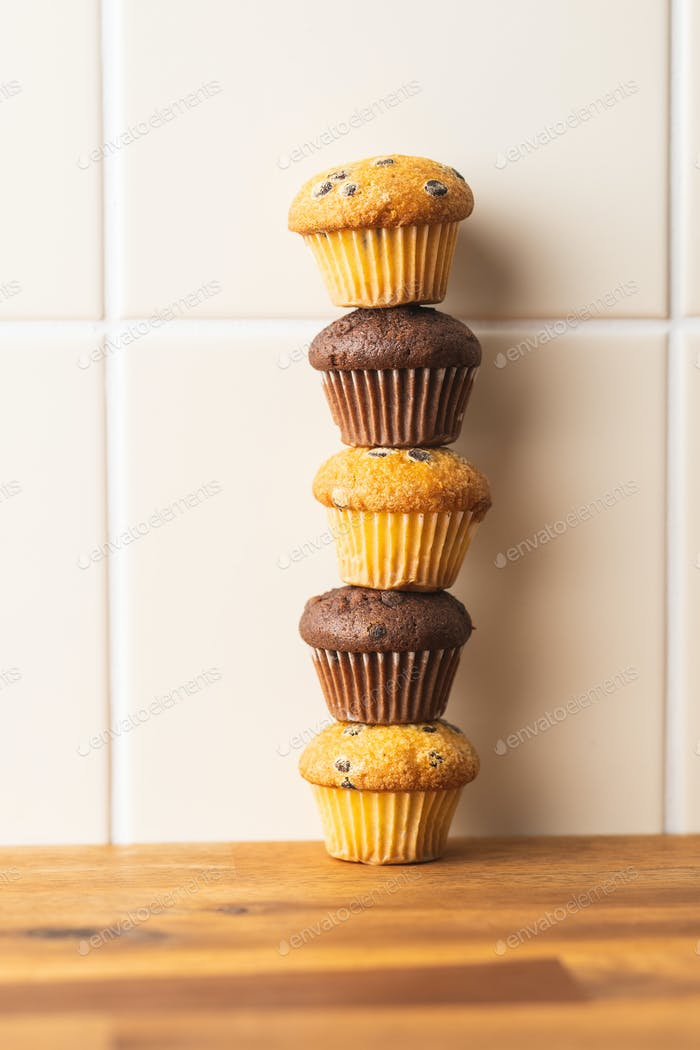 Süße Muffins. Schokoladen-Cupcakes.