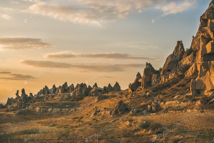 Natürliche vulkanische Felsen mit alten Höhlenhäusern in Kappadokien, Türkei
