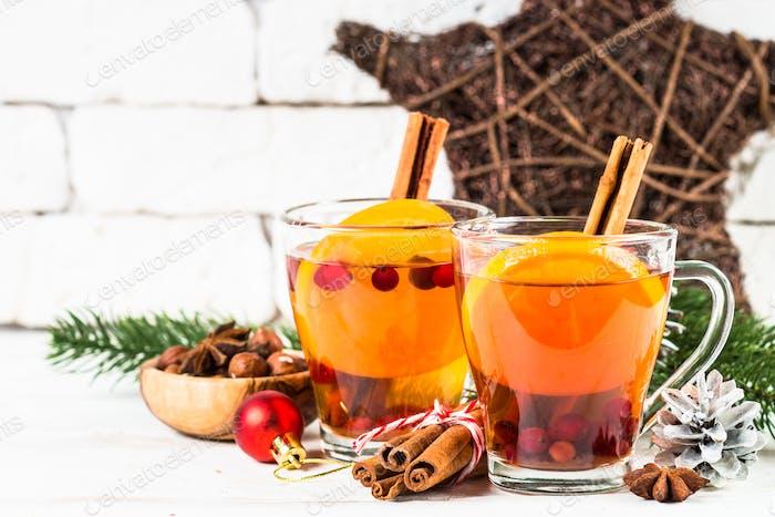 Winter heißer Tee mit Orange, Cranberry und Gewürzen