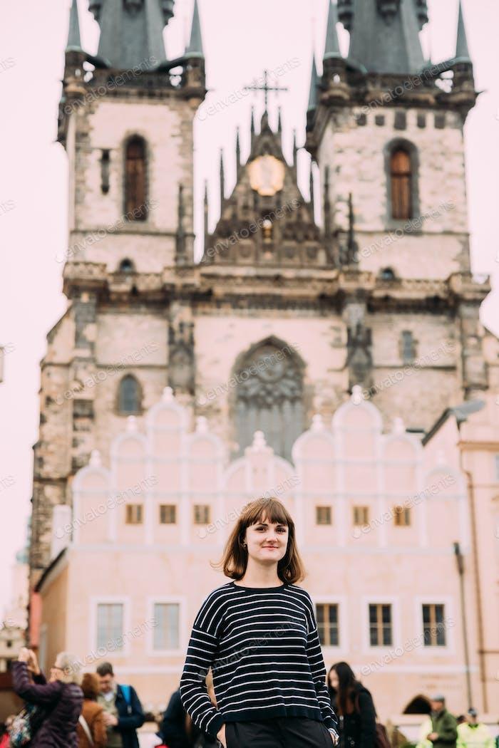 Prag, Tschechische Republik. Junge kaukasische Frau posiert auf backgrou
