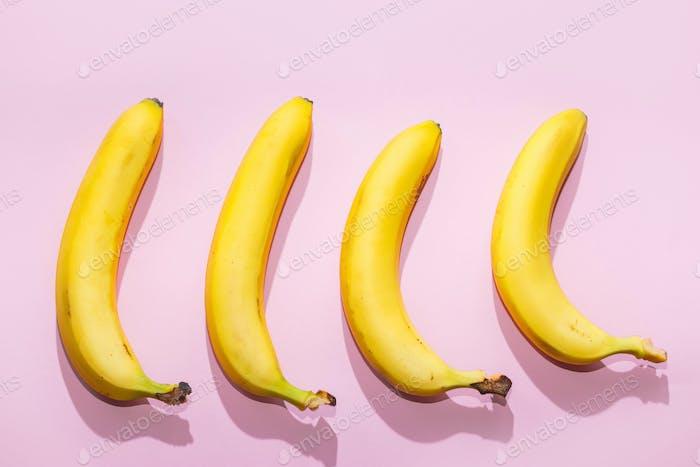 Bananen auf rosa Pastellhintergrund. minimale Idee Lebensmittelkonzept