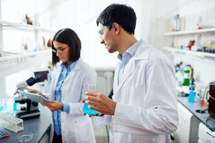 Ученые на работе