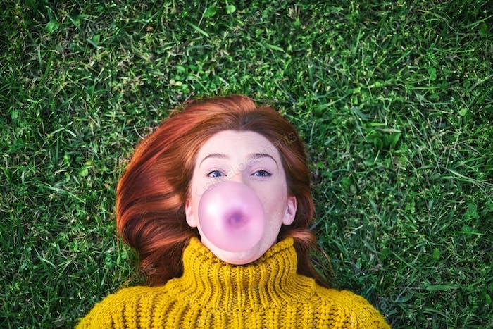 junge Frau Kaugummi und machen Big Ballon