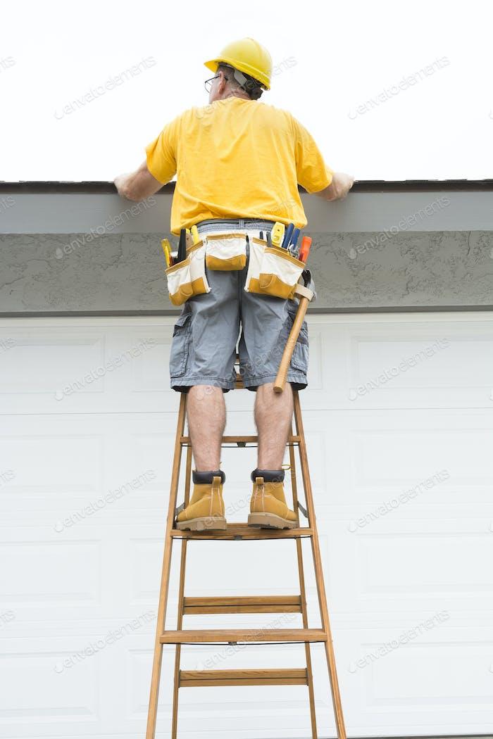 Bauunternehmer stehend auf Leiter