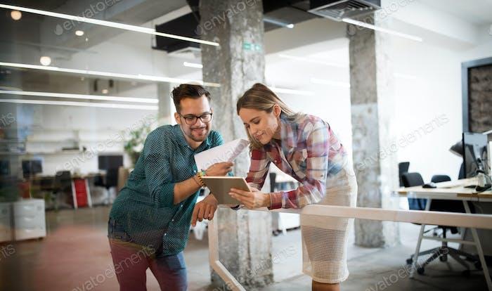 Geschäftsleute, die Spaß haben und im Büro plaudern