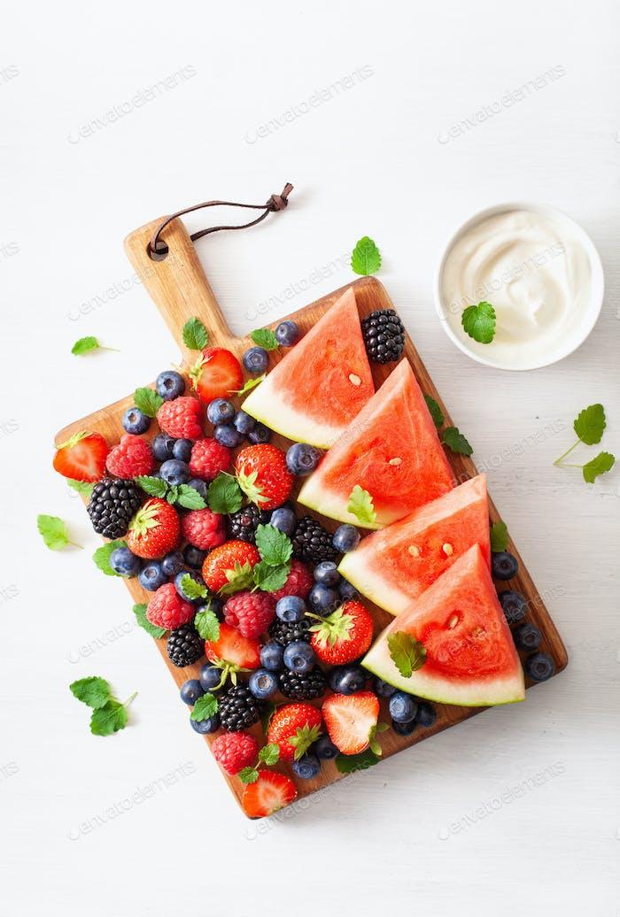 Obst und Beere mit Joghurt über weiß. Heidelbeere, Erdbeere, r