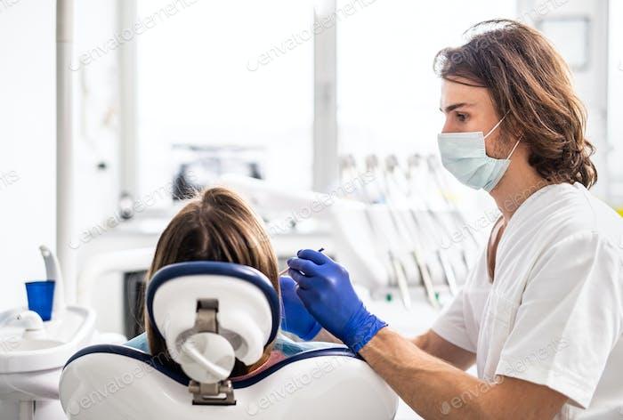 Стоматологический осмотр пациента в стоматологической хирургии