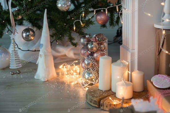 Weihnachtsschmuck mit Lebkuchenmann, Kerzen, Dwafr und Weihnachtskugeln