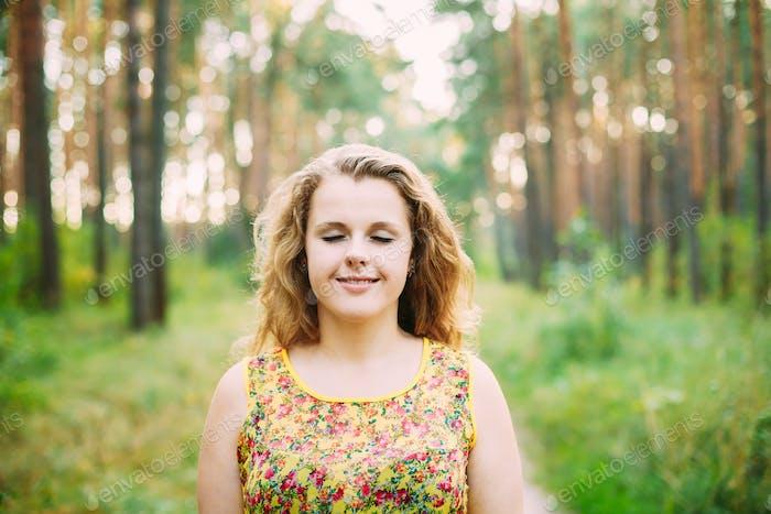 Porträt von jungen Ziemlich Plus Size kaukasische glückliche Mädchen Frau Wi