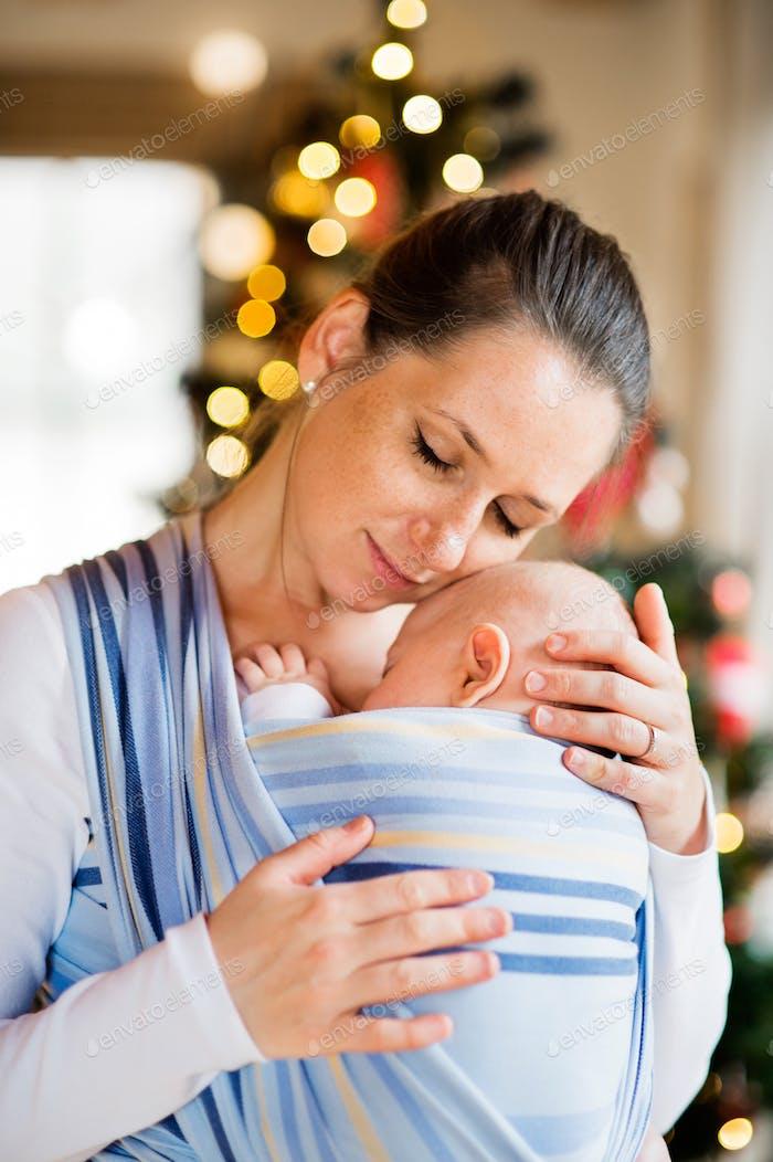 Junge Frau mit einem kleinen Jungen zur Weihnachtszeit.