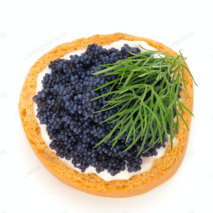 Canapes mit schwarzem Stör Kaviar und Dill. Isoliert auf dem weißen Hintergrund.