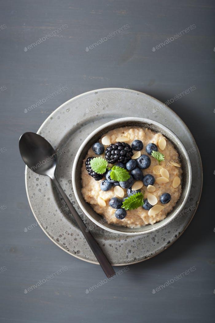 gesundes Frühstück Stahl geschnitten Haferflocken Brei mit Heidelbeere blac