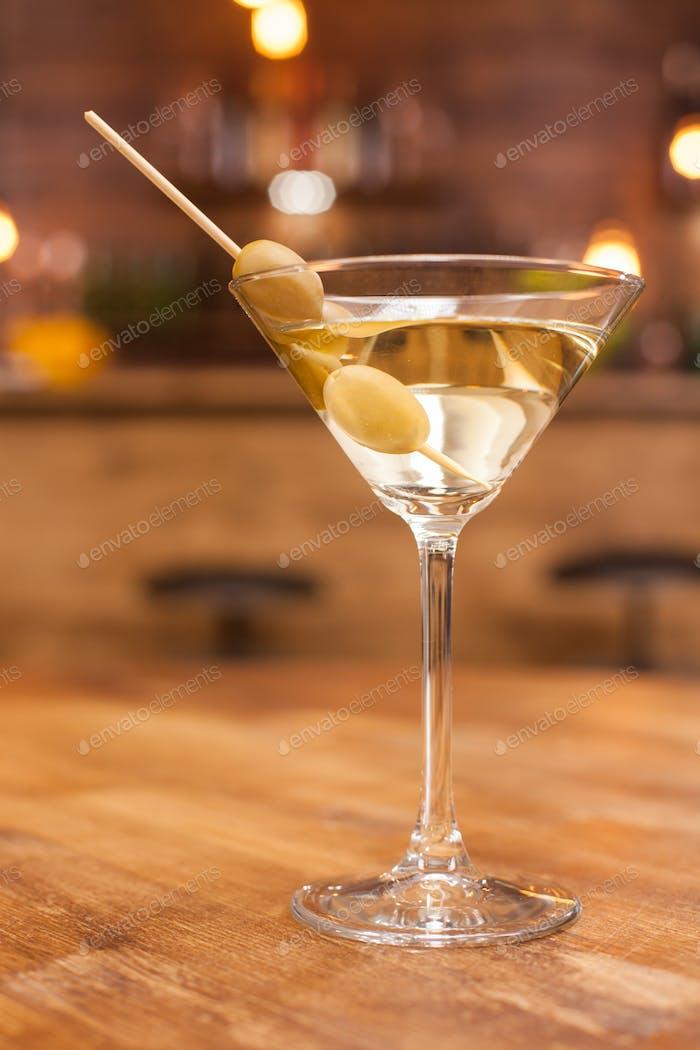 Alkoholischer Martini-Cocktail auf einem rustikalen Holztisch in einem Restaurant