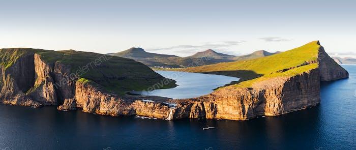 Sorvagsvatn See auf Klippen der Insel Vagar in Sonnenuntergang, Färöer Inseln