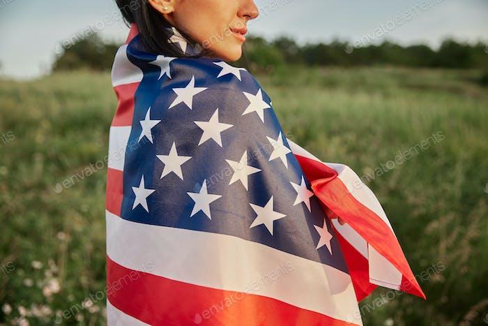 4. Juli. Amerikanische Frau mit der nationalen amerikanischen Flagge