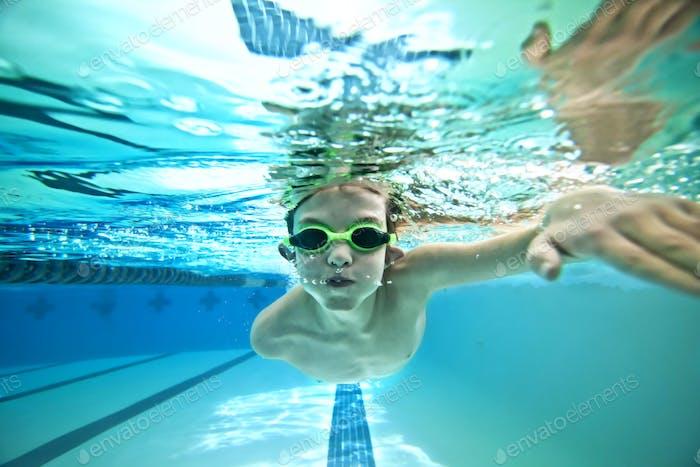 Kinder schwimmen Runden