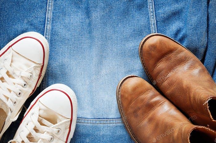 Schuhe auf einer Jeansjacke
