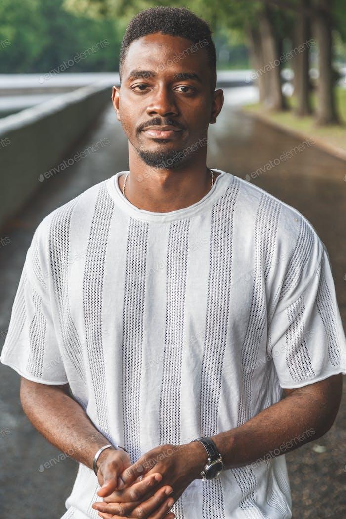 Porträt eines hübschen jungen Afroamerikaner Mann im Park