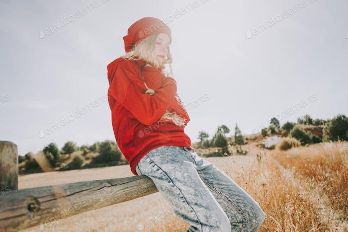 Junge und blonde Frau genießen einen sonnigen und ruhigen Tag