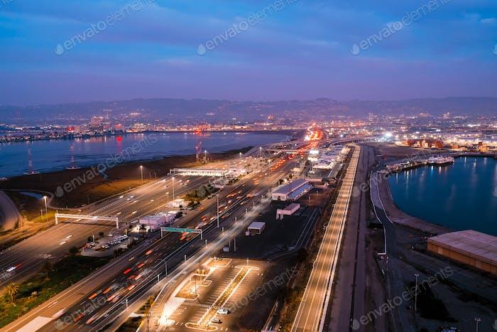 Vista aérea de las autopistas en la bahía de San Francisco durante la hora punta al anochecer