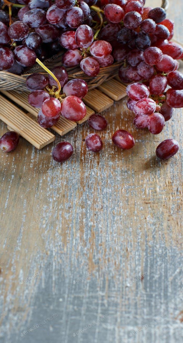 Trauben auf einem Holztisch