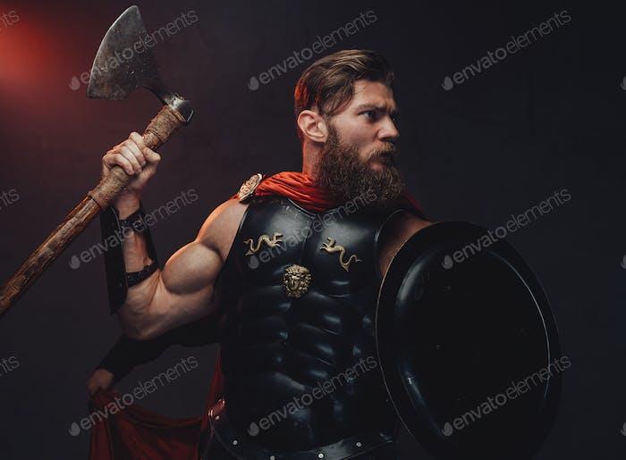 Gepanzerte griechische Kämpfer mit Axt und Schild in dunklem Hintergrund