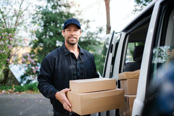 Vorderansicht der Zustellung Mann Kurier Lieferung Paketbox in der Stadt