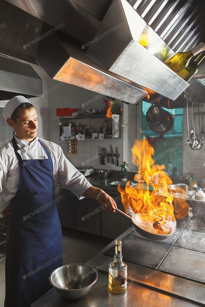 Chef Kochen saftiges Rindfleischsteak in der Restaurantküche