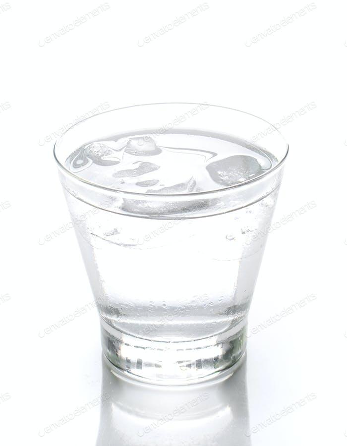 Glas Wasser mit Eis auf weißem Hintergrund isoliert.