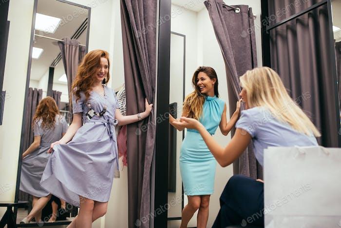 Wahre Freunde geben ehrliche Mode Beratung
