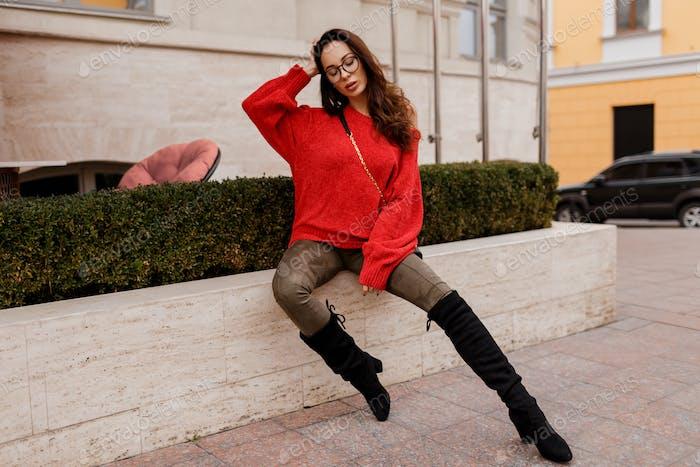 Frau posiert im Freien